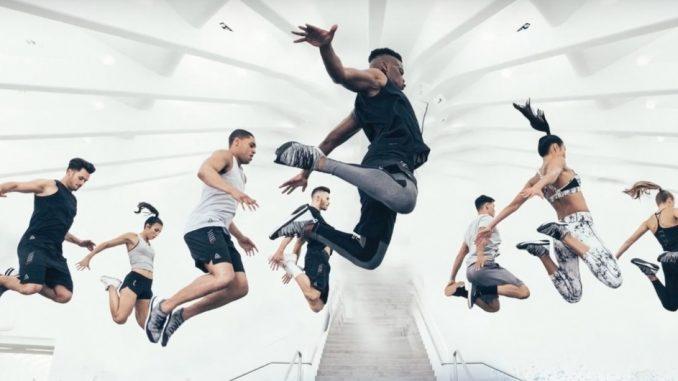 Sportifs en train de sauter